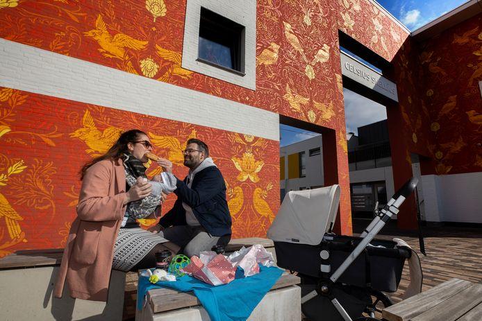 Blij nieuws: Roel en Stefanie verbleven weken in het Ronald McDonaldhuis in Amsterdam, nadat hun zoontje Kaj te vroeg werd geboren en in het ziekenhuis belandde. Inmiddels gaat het goed met Kaj en is het gezin weer terug in Eindhoven. Dat vieren ze in de zon met koffie en een appelflap.