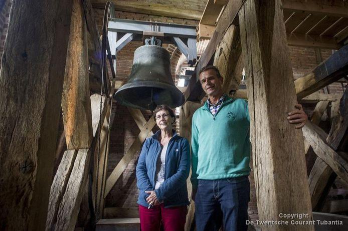 Voorzitter Tineke van Buren en secretaris Jeroen Piksen van de Stichting Noabers van 'n Oalen Griezen maken zich sterk voor het behoud van de monumentale dorpskerk in Hellendoorn.