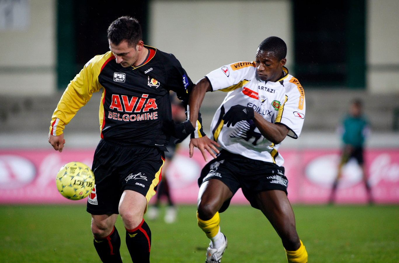 Patiyo Tambwe (rechts) scoorde het enige doelpunt van de wedstrijd, maar die ging voor de groene tafel verloren.
