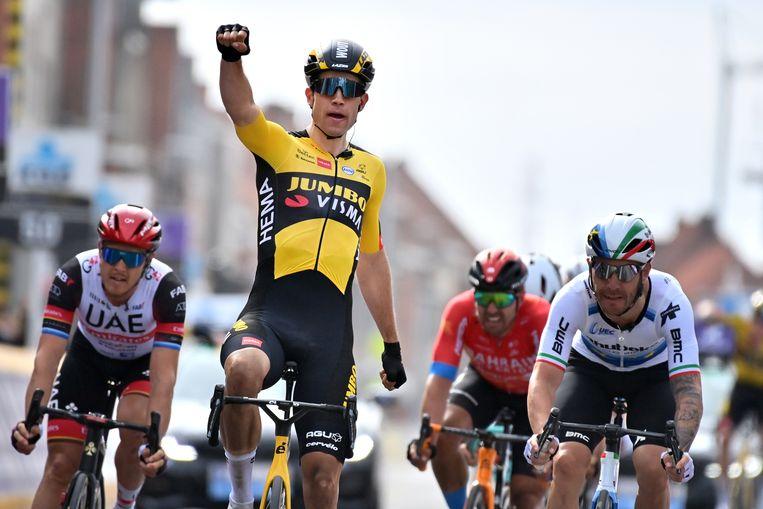 Wout Van Aert wint met gemak de groepssprint aan het eind van Gent-Wevelgem.  Beeld Belga