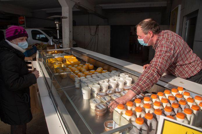 Op de nieuwe korte keten markt verkoopt Johan zuivelproducten van zijn Kortenboshoeve in Massemen.
