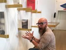 Deventer ontwerper Peter Bos glimt van trots: zijn quarantaineboek hangt naast  Karel Appel in het Stedelijk