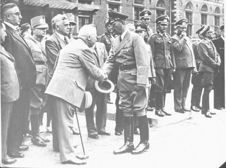 Nazi Arthur Seyss-Inquart wordt bij zijn eerste bezoek aan Amsterdam begroet door burgemeester Willem de Vlugt. Beeld Niod