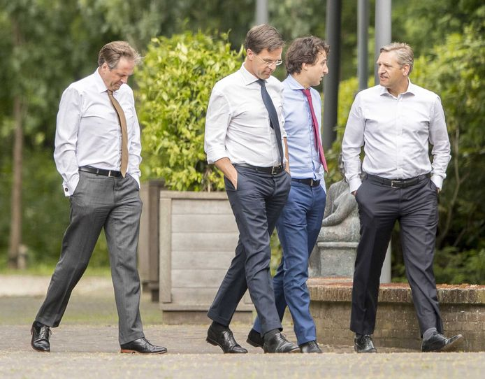 D66-leider Alexander Pechtold, VVD-leider Mark Rutte, GroenLinks-leider Jesse Klaver en CDA-leider Sybrand Buma tijdens een onderonsje in de tuin van het Catshuis.