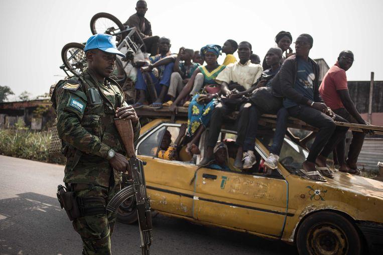 Een militair van de VN-vredesmacht Minusca patrouilleert in de buurt van Damara, ten noorden van Bangui.  Beeld AFP