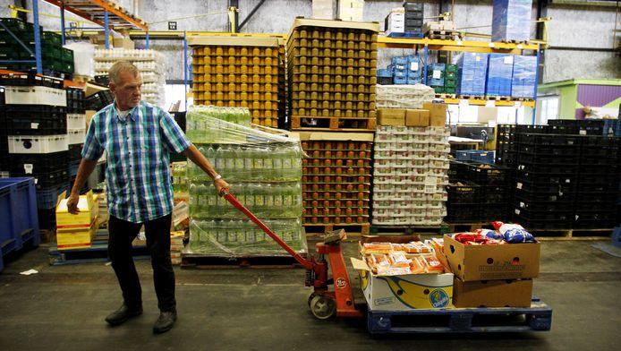 Een medewerker van een voedselbank in Amsterdam.