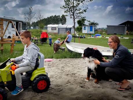 De camping in Marjo's achtertuin is na een jaar een groot succes: 'Corona heeft ons mogelijkheden gegeven'