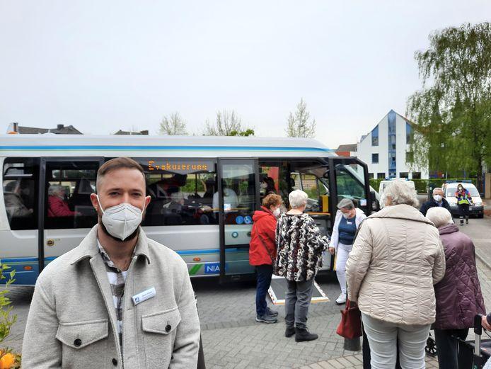 Er werden ook busjes ingezet om de mensen weg te halen.