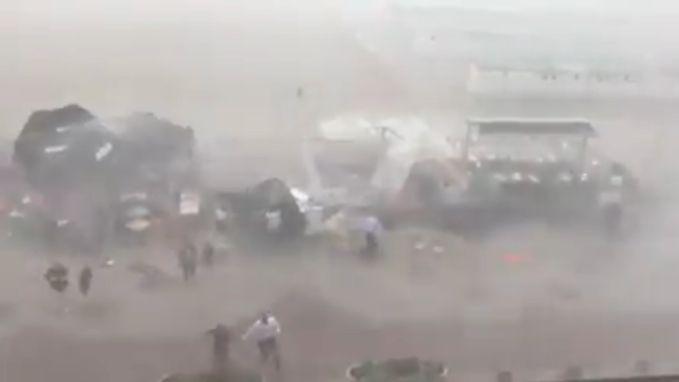 Parasols vliegen weg, klanten vluchten: onthutsende beelden van plotse storm op dijk Knokke