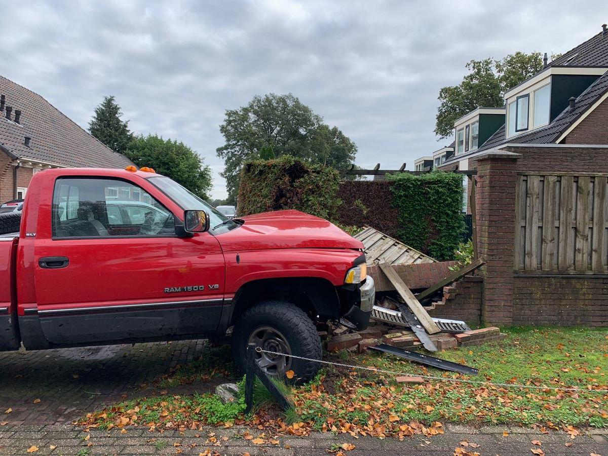 Een eekhoorn zorgde ervoor dat een Hammenaar met zijn auto een schutting bij een woning in Hoge Hexel omver reed.
