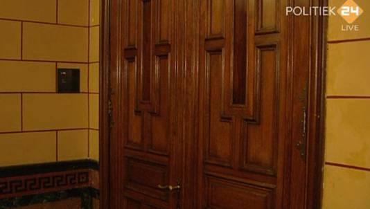 Tijdens een reces van het Mauro-debat toont de digitale tv-zender Politiek 24 het inmiddels bekende beeld van de dichte deur van de CDA-fractiekamer.