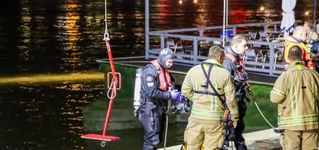 Vrouw valt in Nieuwe Maas, hulpdiensten trekken massaal uit en redden haar