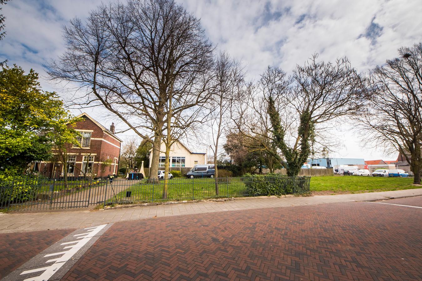 Rechts van deze villa worden drie kavels uitgegeven door de gemeente in het traject Bouwen in je wijk.