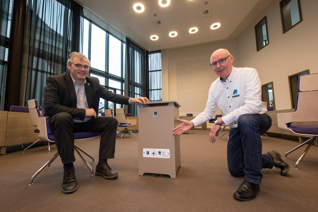 Aircleaners tegen coronavirus in de raadzaal van gemeentehuis in Neder-Betuwe. Burgemeester Kottelenberg (links) is blij met de 'nachtkastjes' van Henk Klop.