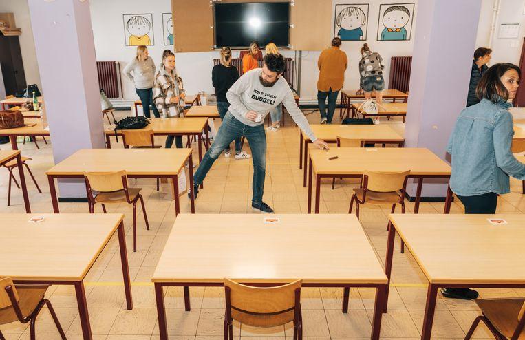 De schoolbanken in basisschool 't Groentje in Vilvoorde staan alvast op veilige afstand. Beeld Illias Teirlinck