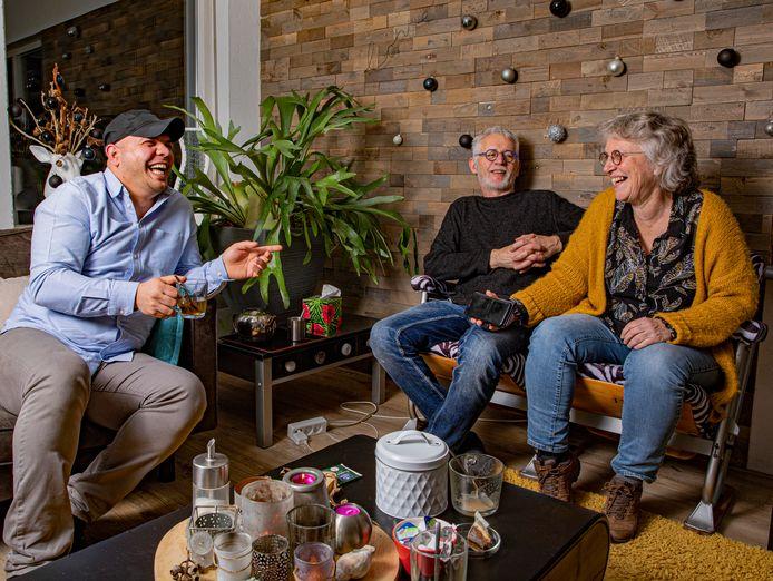 Yamen (links) komt geregeld over de vloer bij zijn Apeldoornse 'ouders' Michel en Margien.