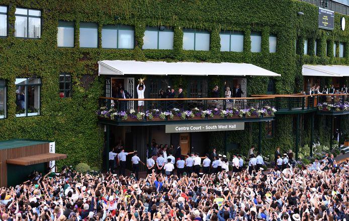 Novak Djokovic showt zijn trofee na zijn zege op Wimbledon vorig jaar.