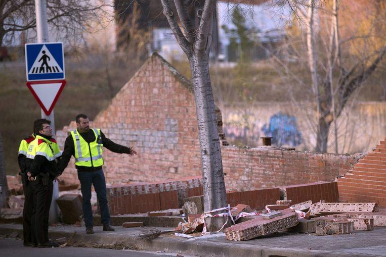 Twee doden vielen omdat de wind een muur in Terrasa omblies. Beeld epa