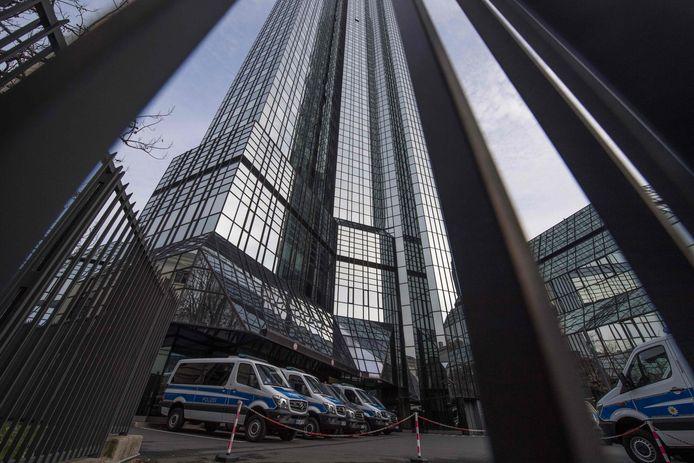 Politiewagens bij het hoofdkantoor van Deutsche Bank. Archieffoto.