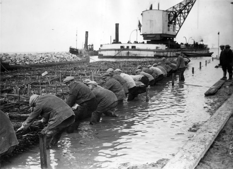 Bouw van de Afsluitdijk in april 1932. Beeld Hollandse Hoogte / Spaarnestad Photo