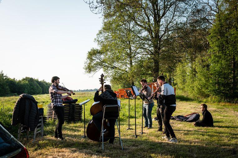Het Duitse Stegreif Orchester repeteert in het veld. Beeld MajankaFotografie