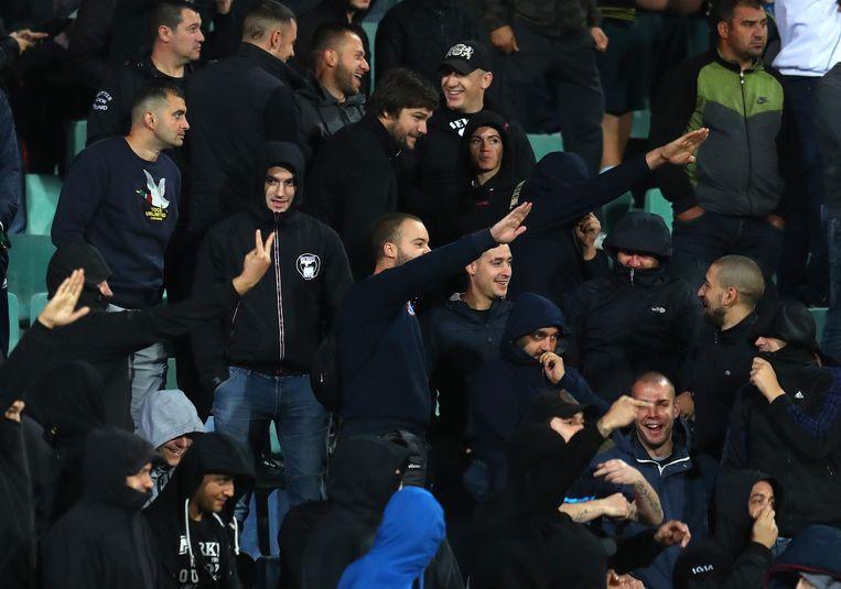 Bulgaarse fans brengen de Hitlergroet tijdens de wedstrijd. Beeld Getty Images