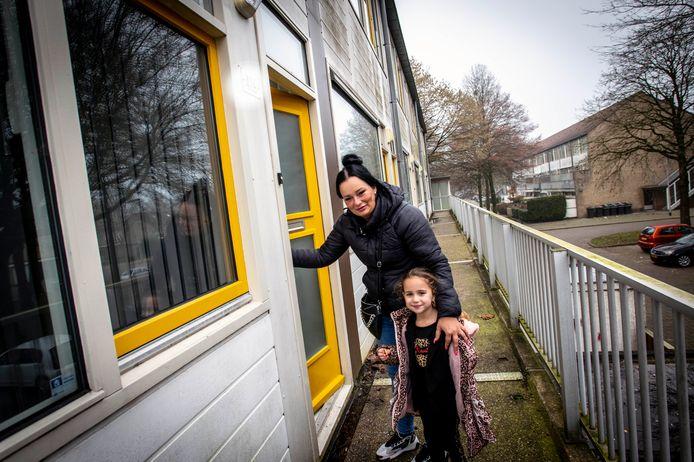 Angela en Jeanne: blij met hun nieuwe Tilburgse woning die ze kregen na een ruil met plaatsgenoot Maz.