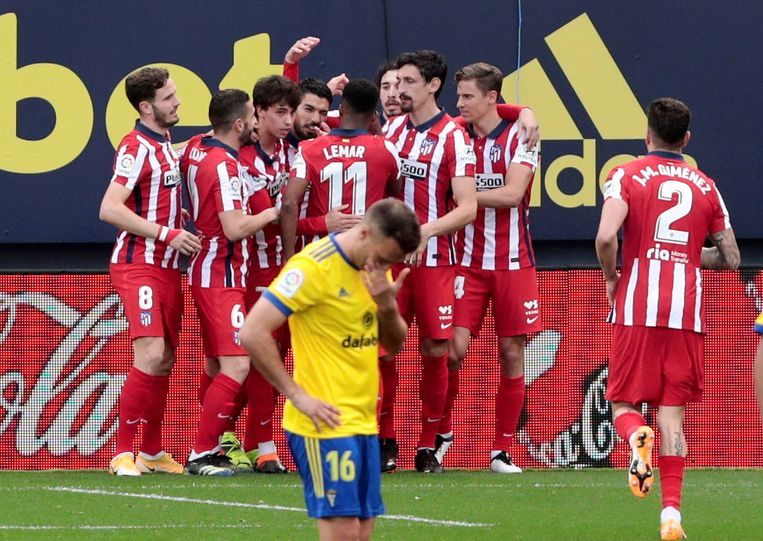 Speler van Atlético Madrid vieren een doelpunt in de wedstrijd tegen Cadiz. Beeld EPA