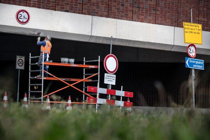 Richard Baas repareert het viaduct bij de Oversteek, waar afgelopen week - voor de elfde maal in twee jaar tijd - een vrachtwagen klem reed.