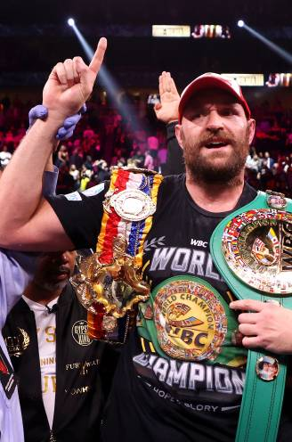 "Bokslegende Fury behoudt WBC-titel na donkere periode, waarin hij wílde crashen met zijn Ferrari: ""Ik bad elke dag dat ik zou sterven"""