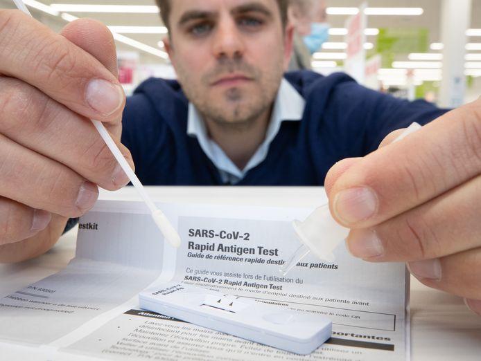 Les autotests contre le coronavirus sont vendus depuis mardi matin par les pharmaciens.