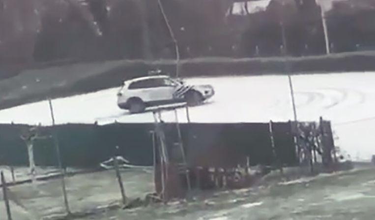 Een dienstwagen van de politie Dilbeek scheurt door de sneeuw.