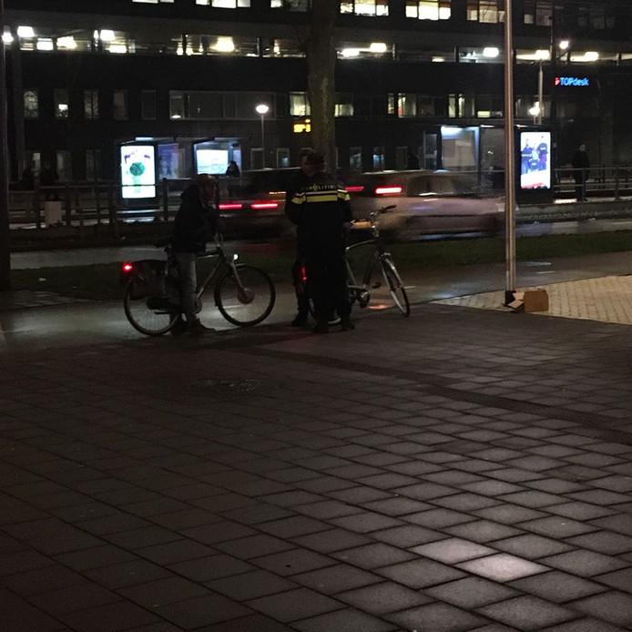 Boetes én fietsverlichting uitgedeeld bij controles in Delft | Delft ...