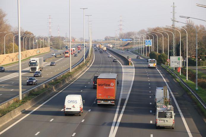 Het plan voorziet onder meer het doortrekken van de parallelwegen naast de E17 van Sint-Niklaas tot voorbij de afrit Haasdonk.