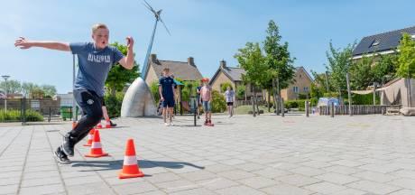 Een potje hindernisslagbal tijdens de Buitenspeeldag in Kruisland