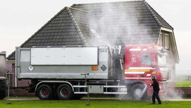 De vrachtwagen waarin de dode eenden worden afgevoerd wordt voor vertrek uit Kamperveen ontsmet. Beeld anp