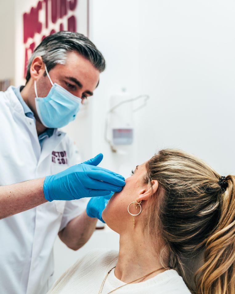 Cosmetisch arts David Mosmuller dient botox toe.  Beeld Rebecca Fertinel