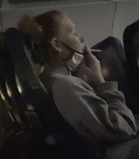 Une femme arrêtée par la police après avoir fumé une cigarette en plein vol
