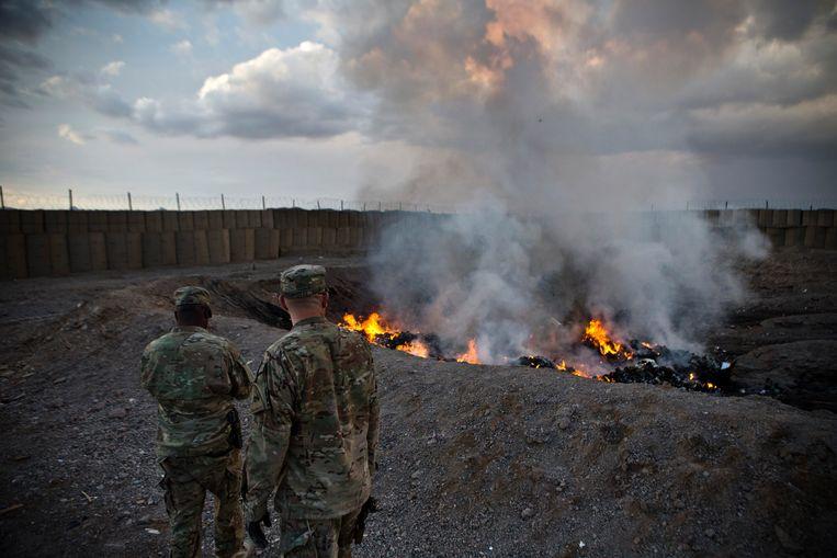 Amerikaanse soldaten bij een burnpit nabij Kandahar, Afghanistan. Beeld Reuters