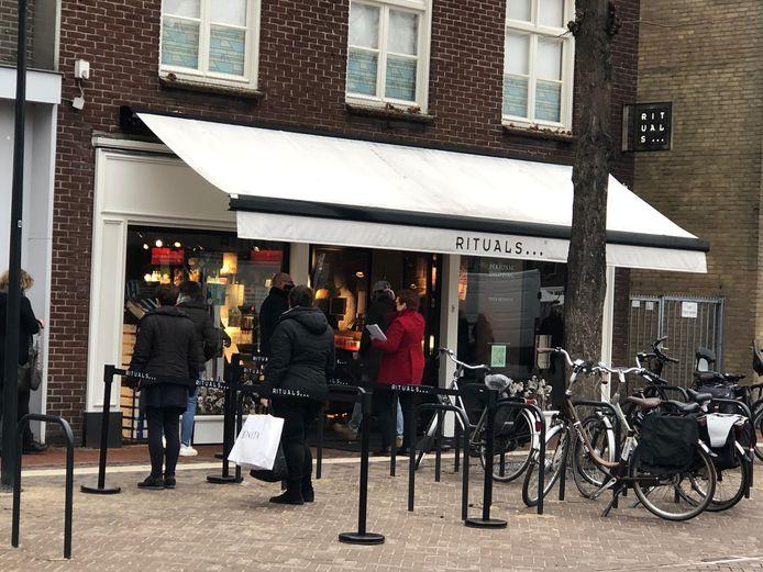 Voor parfumerie Rituals in Uden staat een rij met mensen.