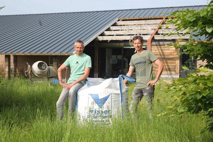 Franco (l) en Anton Verhees stoppen met hun varkenshouderij in Someren en richten zich vanaf nu op recreatie en zorg.