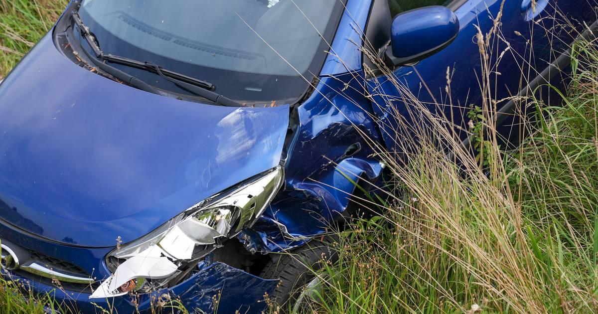 Opnieuw ongeval op berucht kruispunt in Oss, vrouw belandt met auto in greppel.