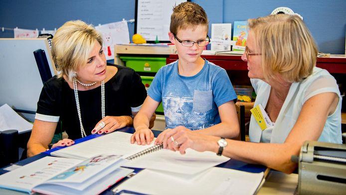 Leerlingen van de speciale school voor blinden en slechtzienden laten aan prinses Laurentien zien hoe zij lezen.