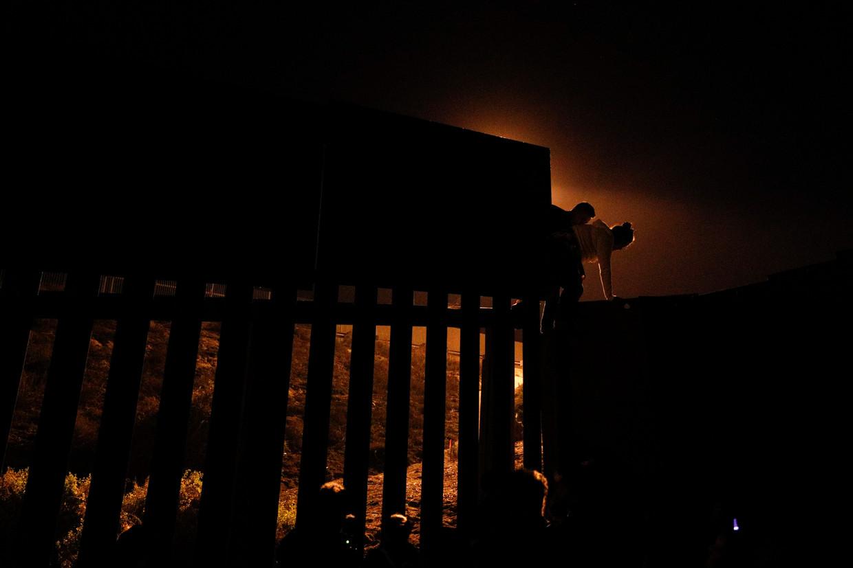 Migranten uit Honduras gaan illegaal de Mexicaans-Amerikaanse grens over. De foto dateert van eind vorig jaar.
