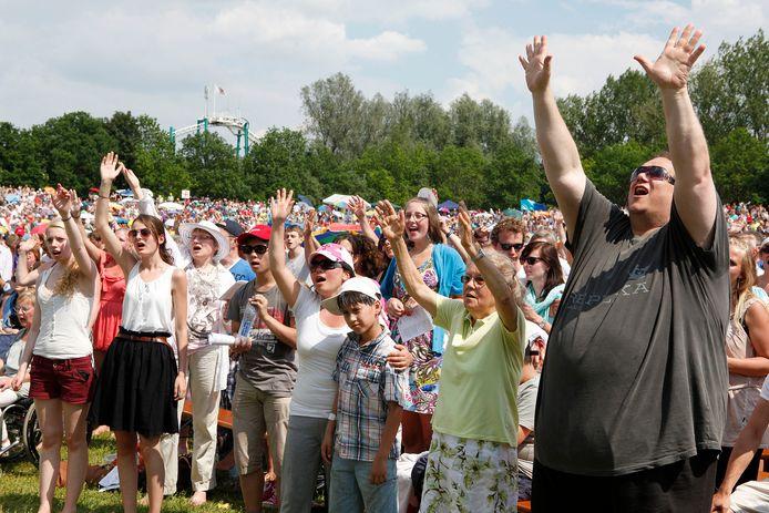 Bij de Pinksterconferentie van stichting Opwekking gaan bezoekers op zoek naar geestelijke vernieuwing. Liederen, gebeden, inspiratie en ontmoeten staan al meer dan vijftig jaar centraal.