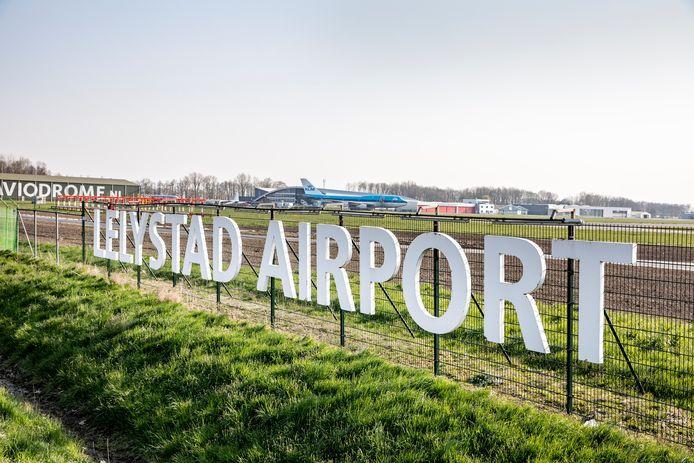Lelystad Airport jaar later open vanwege de coronacrisis. Grote letters bij vliegveld Lelystad Airport. Foto Rob Voss