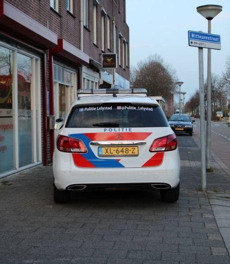 Politie jaagt op straatrover die passant met mogelijk wapen bedreigt in Lelystad