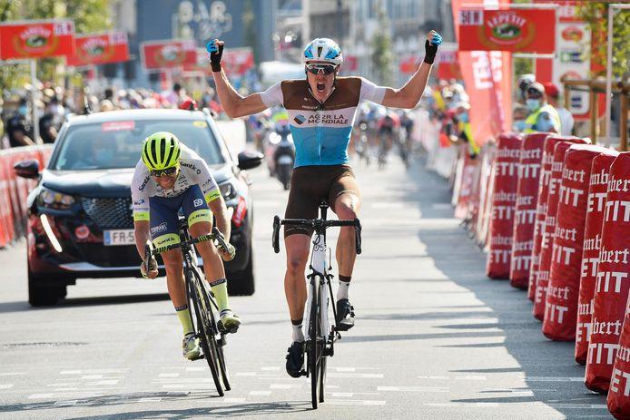 Maurits Lammertink (links) komt net tekort voor de zege in Paris-Camembert. De overwinning gaat naar Dorian Godon van Team AG2R La Mondiale.