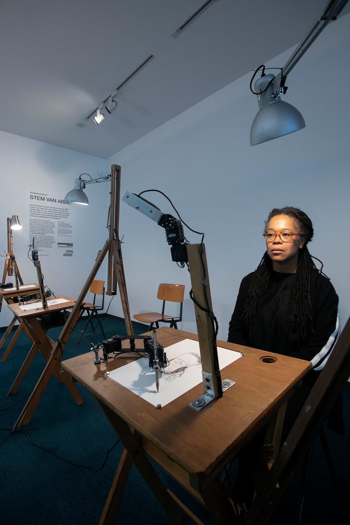 Iris Kensmil wordt getekend door een robot. Het werk lijkt niet echt op de kunstenares.