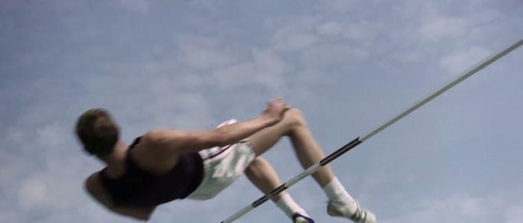 De Fosbury flop in 1968, een nieuwigheid goed voor een olympisch record. Beeld K2 / Filmstill